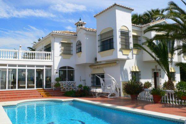 Finca with paddocks and swimming pool - just 10 min to the beach
