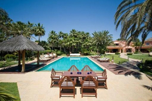 Majestic villa with private pool and pool bar...
