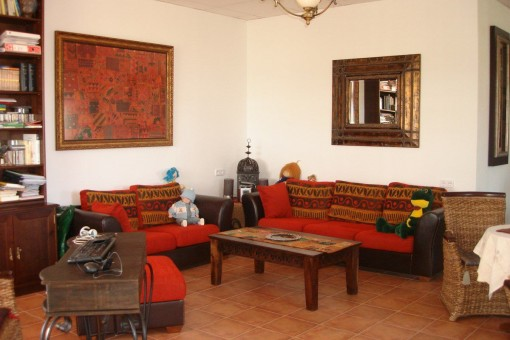 Second lounge with cozy sitting area