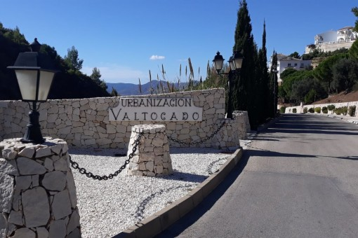 The property is located in the urbanization Valtocado