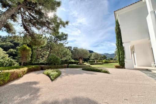 Alternative view of the garden in italian style