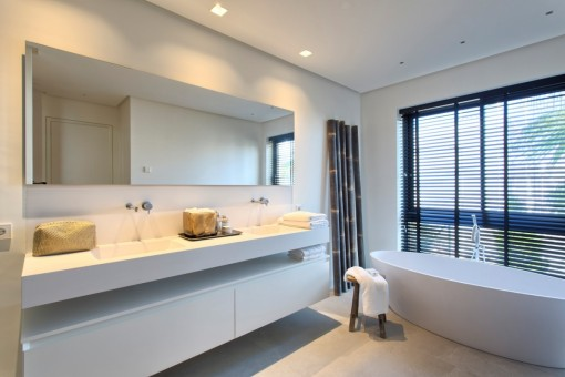 Gorgeous bathroom en suite with bathtub