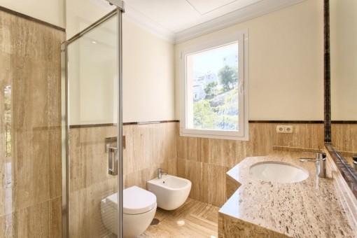 One of the 2 bathrooms en suite