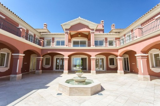 Spacious top villa with 9 bedrooms and panoramic view to the coast and the Mediterranean