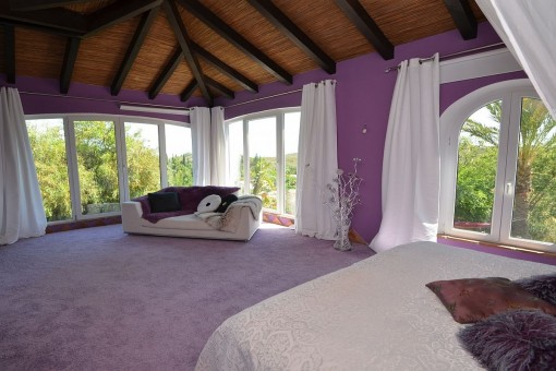The bedroom offers carpet flooring with wooden ceiling