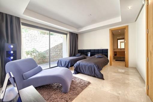 Spacious guest bedroom with bathroom en suite