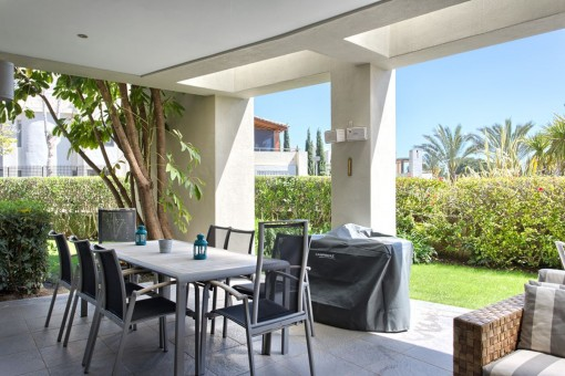 Covered terrace with dining area