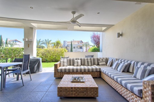 Charming covered terrace with lounge