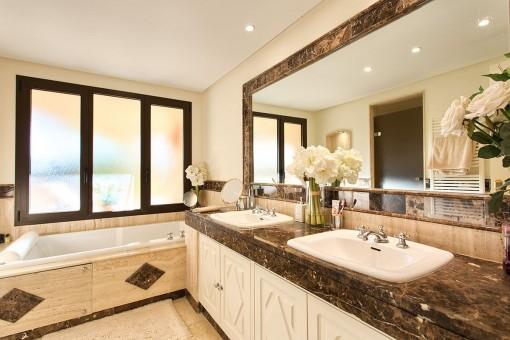 The bathroom offers 2 washbasins