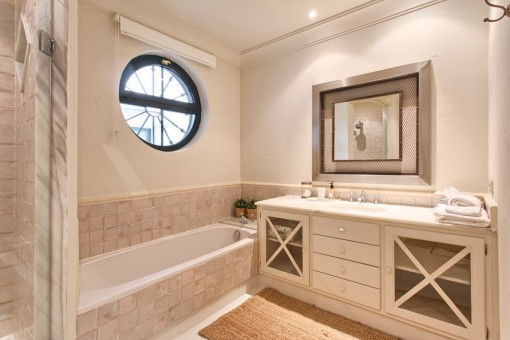 Another bathroom with bathtub