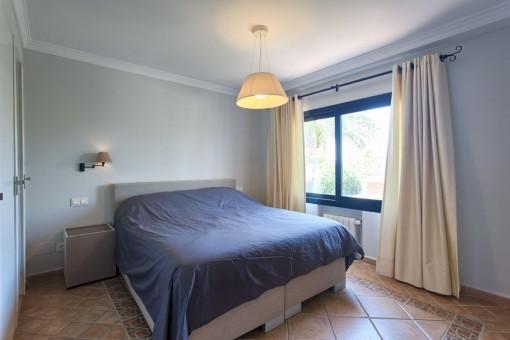 Modern guest bedroom en suite