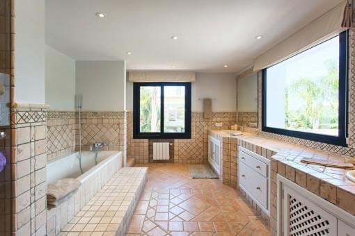 Large bathroom en suite with bathtub
