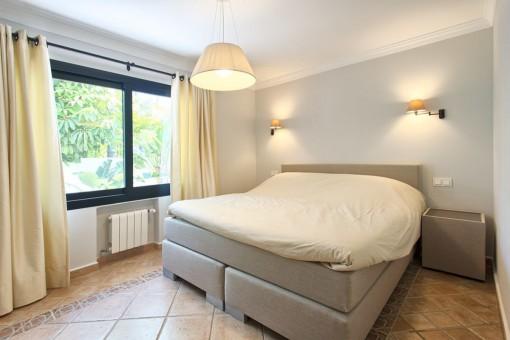 Bright master bedroom en suite