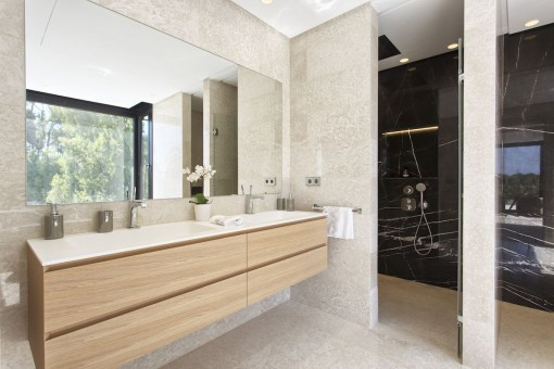 One of 6 en suite bathrooms