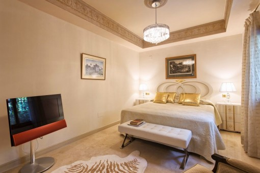Fantastic guest bedroom with carpet