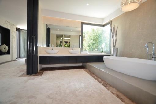 One of 6 en suite bathrooms