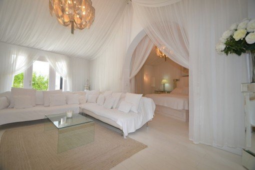 Large master-suite in white colours
