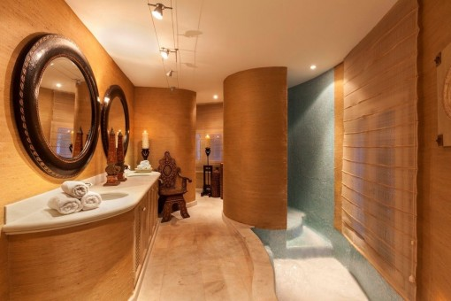 One of 7 luxurious bathrooms
