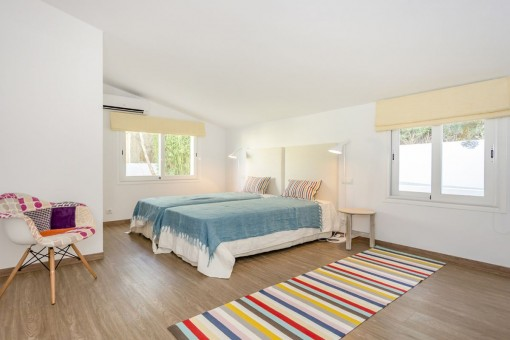 Spacious double room with several windows