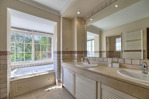 Light-flooded bathroom en suite