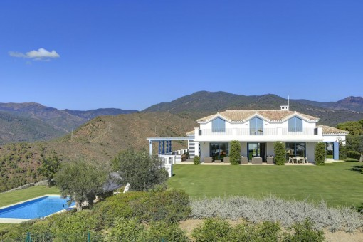 Luxurious villa with a panoramic view over the Mediterranean sea and the mountains in Monte Mayor, Benahavis