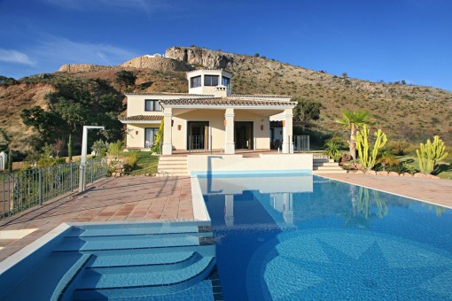 Stunning villa on a commanding plot with a sea view in Benahavis