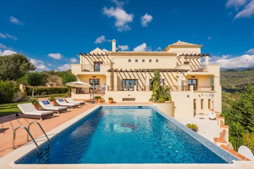 Private and spacious villa with panoramic views in Benahavis