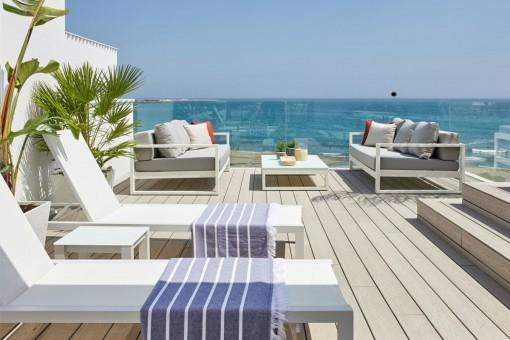 The sunbeds invite you to sunbathe