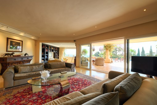 Cosy living area with access to the terrace