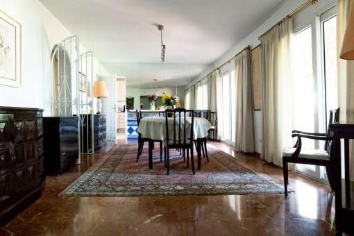 Villa 1 - Rustic dining area