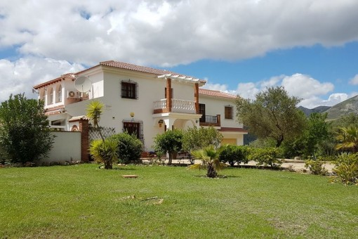 Marvellous country house in Alcaucín with stunning views of the mountains, countryside and Viñuela lake