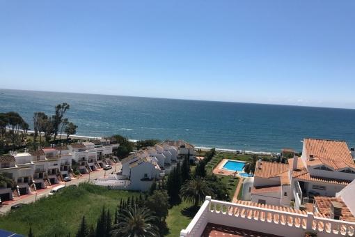 Excellent duplex penthouse frontline beach in Estepona